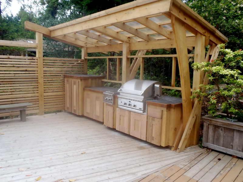 cozinha completa coberta com pergolado de madeira