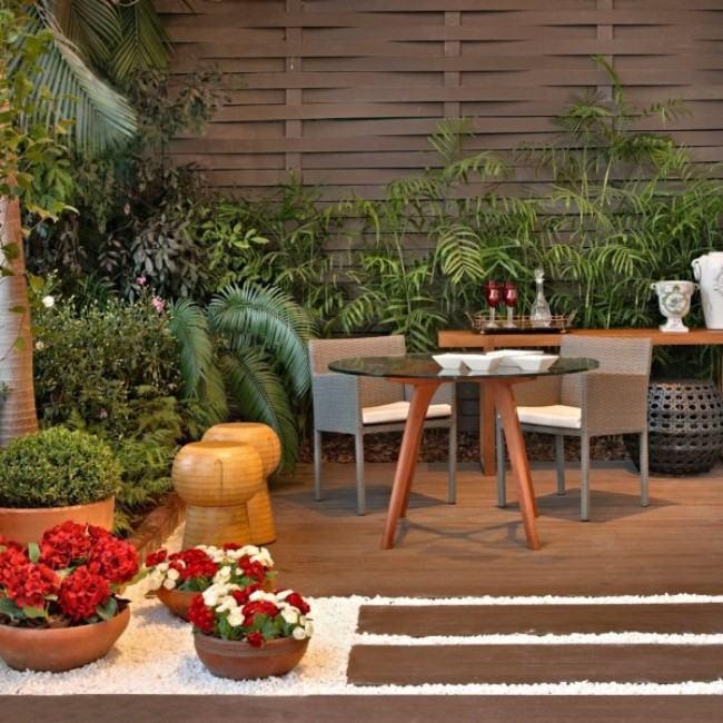 deck de madeira no jardim