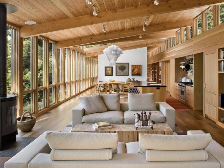 casa belíssima toda feitade vidro com a estrutura de telhado em madeira