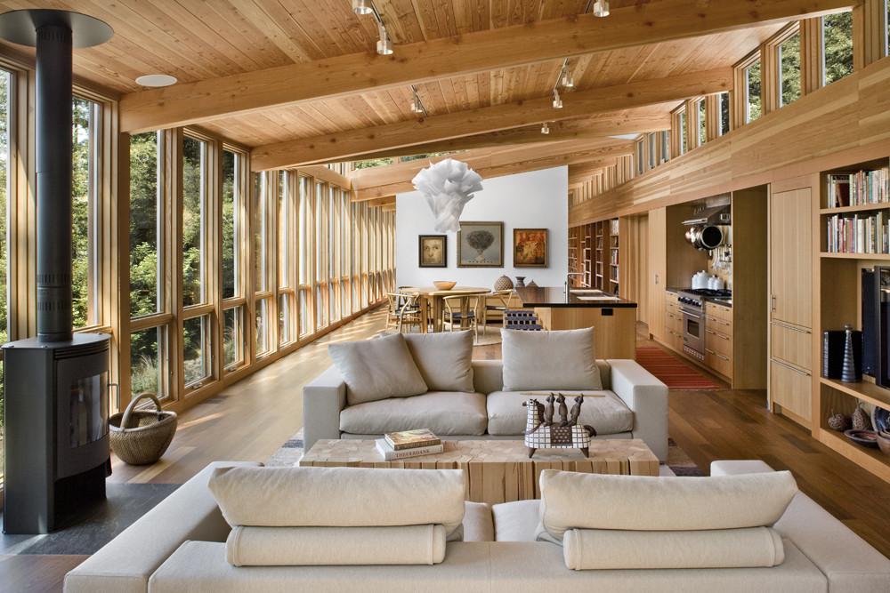 casa belíssima de vidro com estrutura do telhado toda em madeira