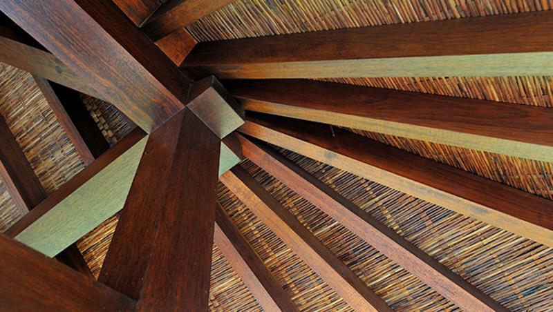 estrutura do telhado todo feito em madeira