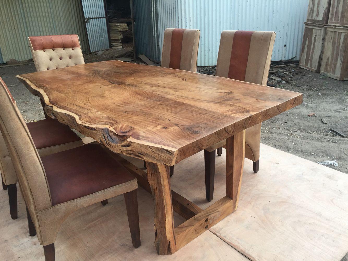 mesa de madeira maciça decorada com a própria madeira
